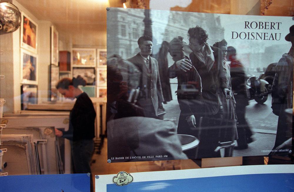 La photo Le Baiser de l'hôtel de ville dans une bibliothèque à Paris.