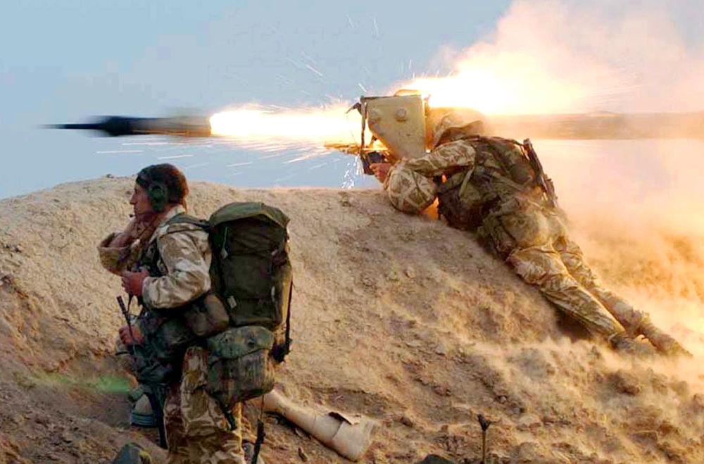 Des soldats des Royal Marines tirant des missiles antichars sur les positions irakiennes.