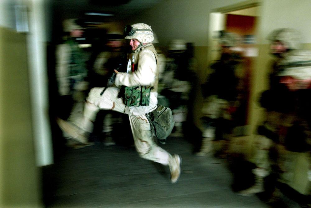 Un fusilier marin forçant une porte du pied.
