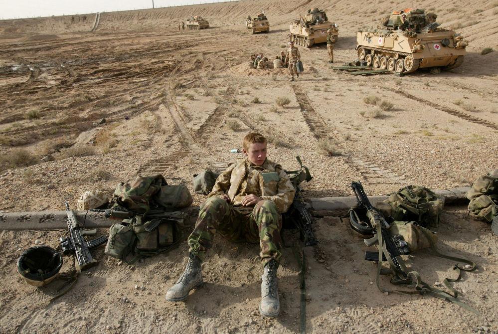 Des tankistes britanniques attendant sur la ligne de front à Bassora.