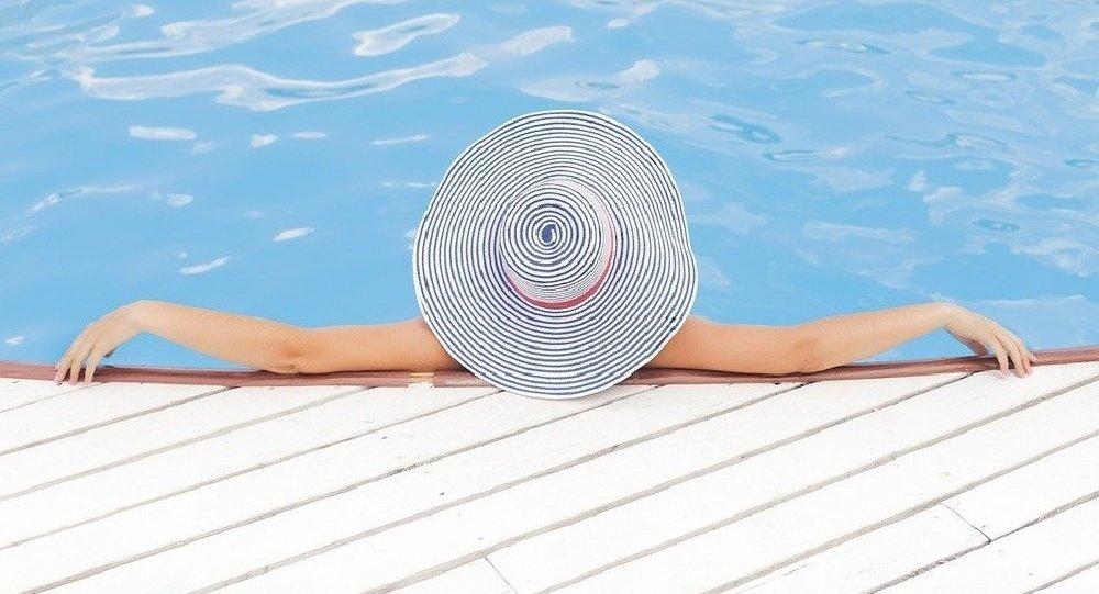 les belles fesses de cette femme qui sort de la piscine...