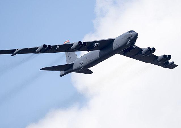 Le bombardier américain B-52