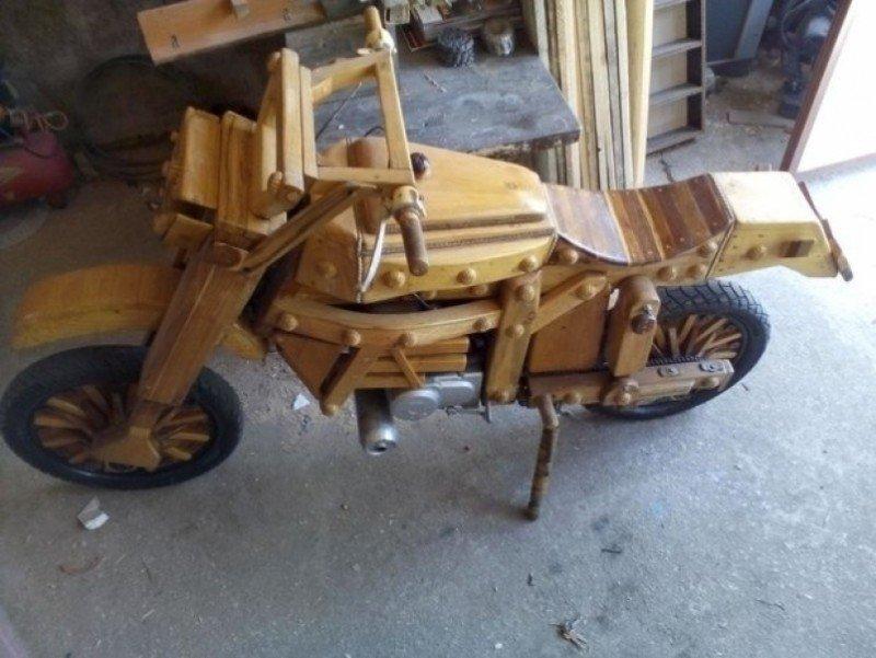 Une moto en bois