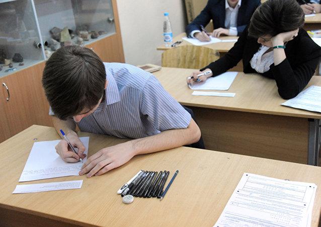 Итоговое сочинение в российских школах.  Image d'illustration