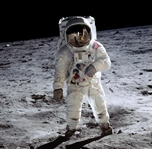 L'astronaute américain Buzz Aldrin se prolène sur la surface de la Lune