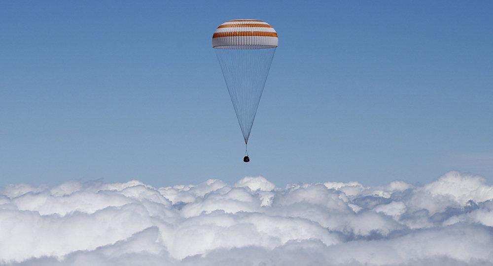 La capsule de Soyouz TMA-19M transportant l'équipage de la Station spatiale internationale (ISS) atterrit près de la ville de Zhezkazgan, le Kazakhstan, le 18 Juin, 2016
