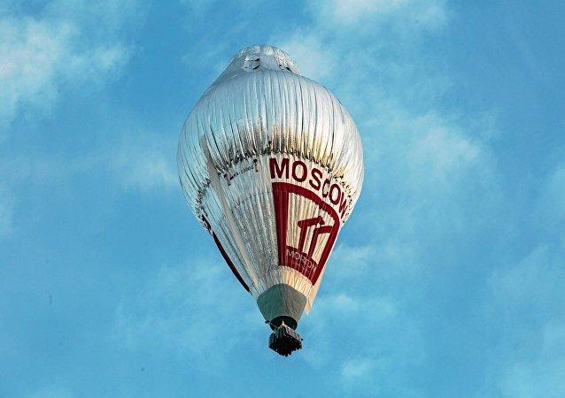 Le ballon du voyageur russe Fiodor Konioukhov décolle de l'aérodrome de Northam