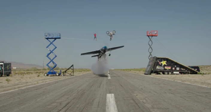 Un motocycliste, une pilote et un funambule réalisent un truc incroyable