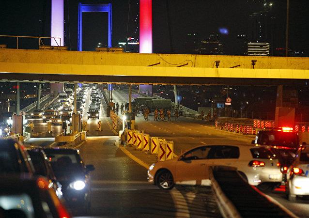 Le Pont du Bosphore à Istanbul bloqué par les soldats turcs