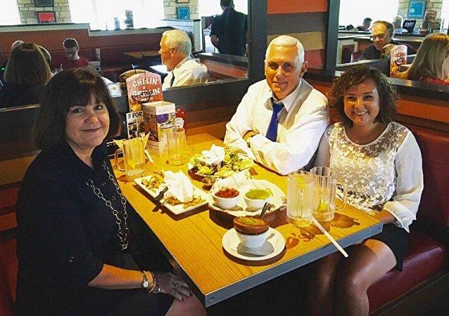 Mike Pence avec sa famille au restaurant Chili's