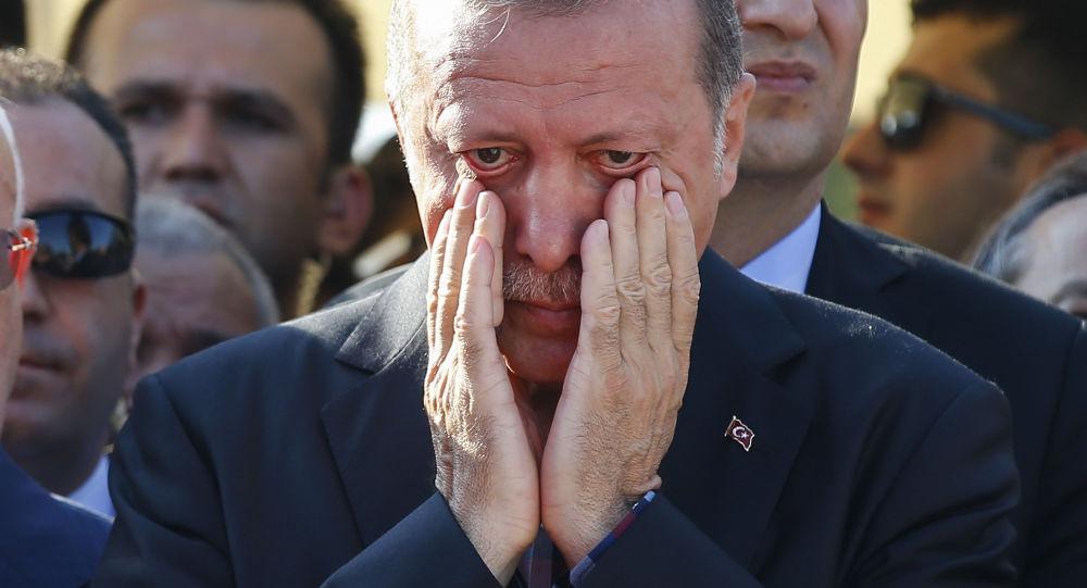 Le président turc Recep Tayyip Erdogan essuie ses larmes lors des funérailles de Mustafa Cambaz, Erol et Abdullah Olcak, tués vendredi alors qu'ils protestaient contre la tentative de coup d'Etat contre le gouvernement turc, à Istanbul, le 17 juillet, 2016.