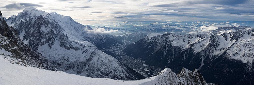 La vue sur la commune française Chamonix, le mont Blanc et l'aiguille du Midi.