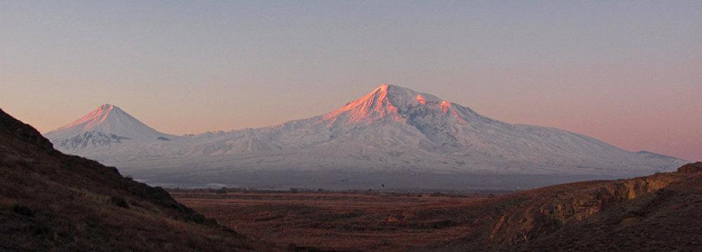 Le mont Ararat, le sommet le plus élevé de Turquie, est composé du Grand Ararat et du Petit Ararat situés sur le haut plateau arménien à l'est du pays.