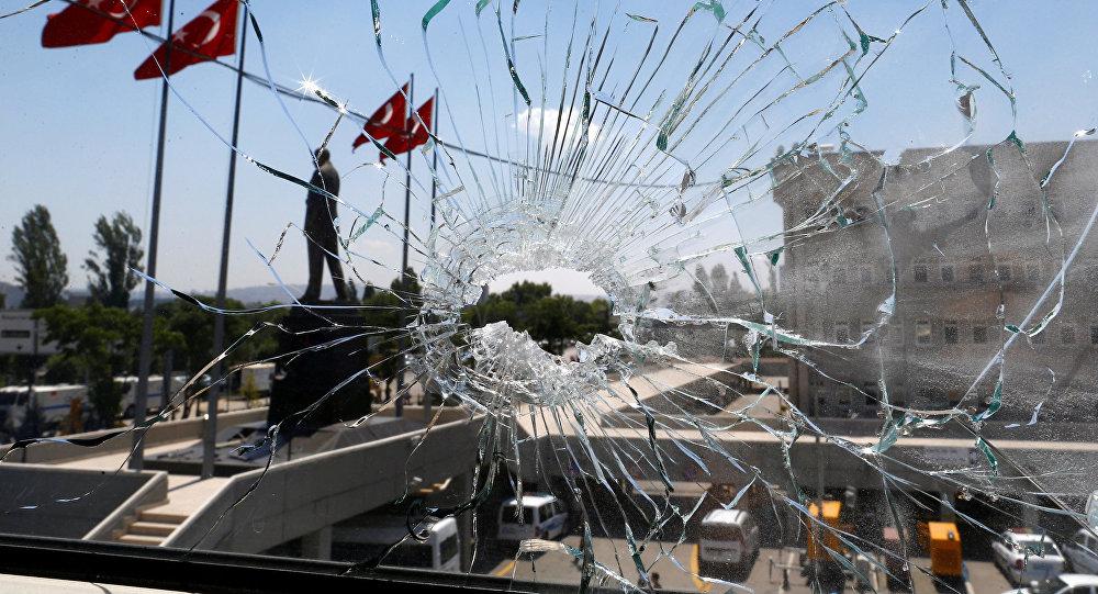 Une vitre brisée lors de la tentative de putsch à Ankara (18 juillet 2016)