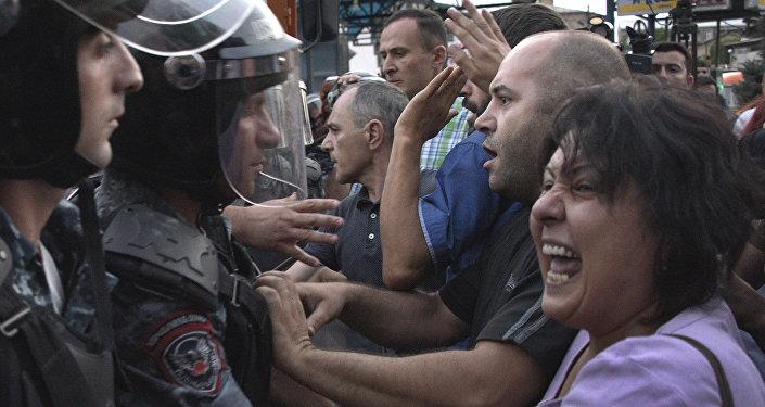 Des affrontements violents entre la police et les manifestants se déroulent à Erevan