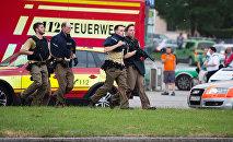 La police de Munich près du centre commercial Olympia