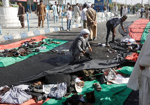 Collecte des vêtements des victimes de l'attentat-suicide à Kaboul