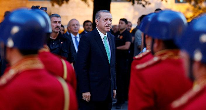 Le président turc Tayyip Erdogan examine une garde d'honneur à son arrivée au Parlement turc à Ankara, en Turquie