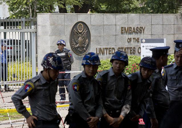 La police du Myanmar devant l'ambassade des Etats-Unis à Yangon