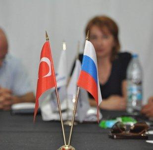 les drapeaux de la Russie et de la Turquie