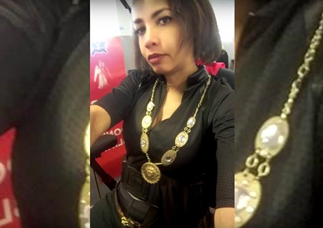 Sa boss critique sa tenue vestimentaire, elle vient au travail en cosplay