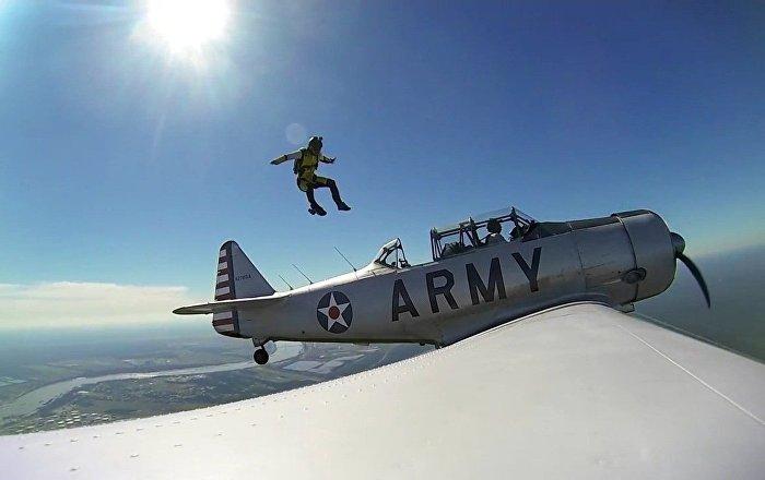 Un parachutiste saute d'un l'avion de la Seconde Guerre mondiale