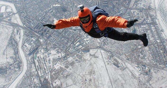 Un parachutiste en chute libre