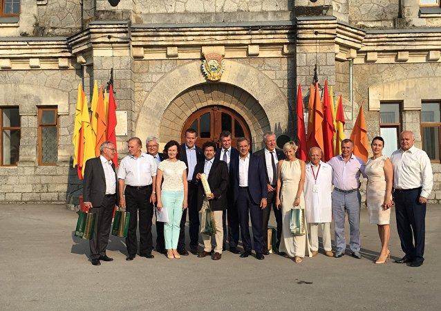 La délégation des députés français, en visite en Crimée, devant les caves de Massandra