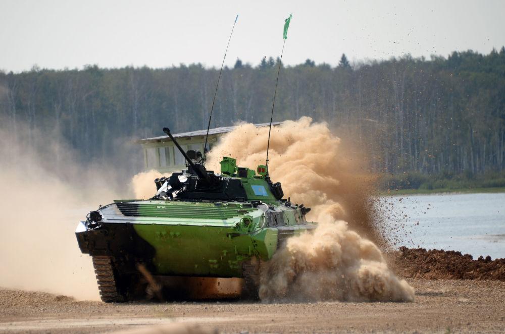 L'équipage du véhicule blindé BMP-2 de l'armée kazakhe à Alabino