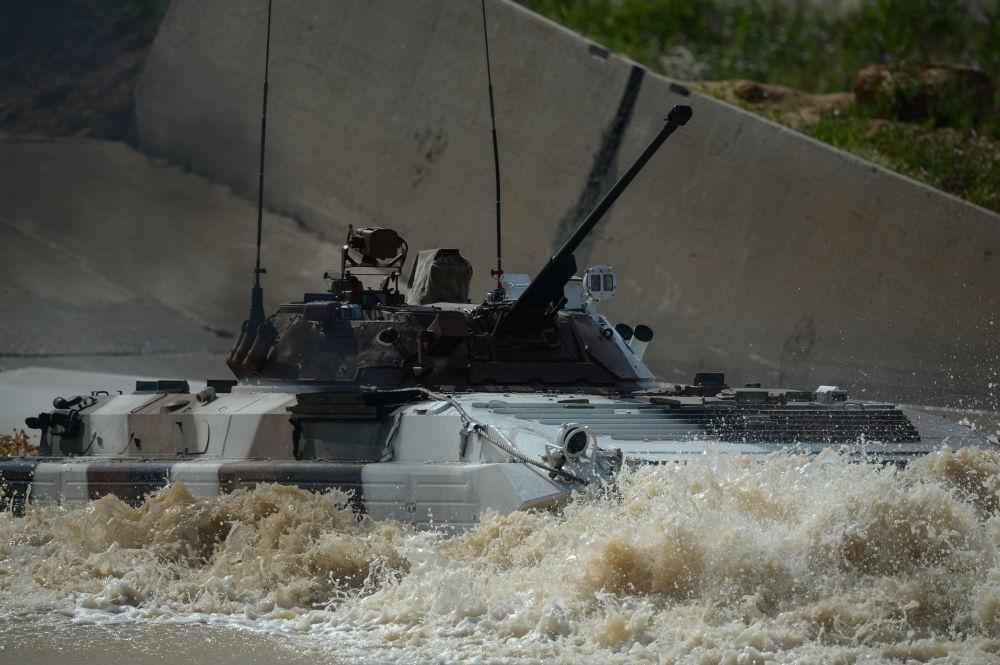 L'équipage de la Société bénévole d'assistance à l'armée, l'aviation et la flotte conduit le véhicule blindé BMP-2