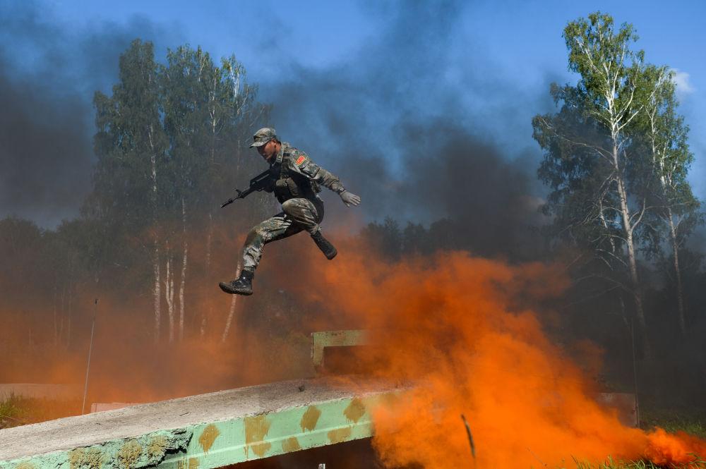 Les militaires  des forces armées chinoises lors de l'épreuve Sentier d'un soldat du renseignement  du concours Les bons élèves du renseignement de guerre dans le cadre des Jeux militaires internationaux dans la région de Novossibirsk