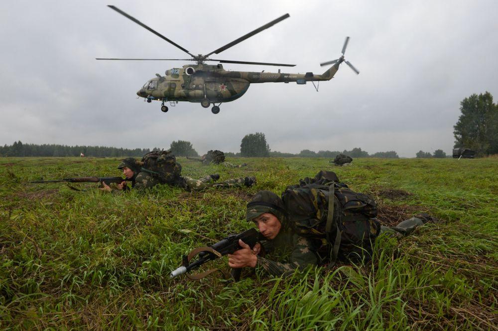 Les militaires des forces armées kazakhes lors de la première épreuve du concours Les bons élèves du renseignement de guerre, L'assaut aéroporté et la marche forcée,  dans le cadre des Jeux militaires internationaux dans la région de Novossibirsk