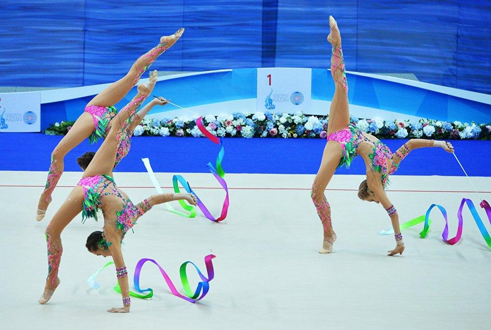 Les sportives de l'équipe nationale russe font un exercice de groupe lors de la finale de la Coupe du monde de gymnastique rythmique à Kazan, le 10 juillet  2016