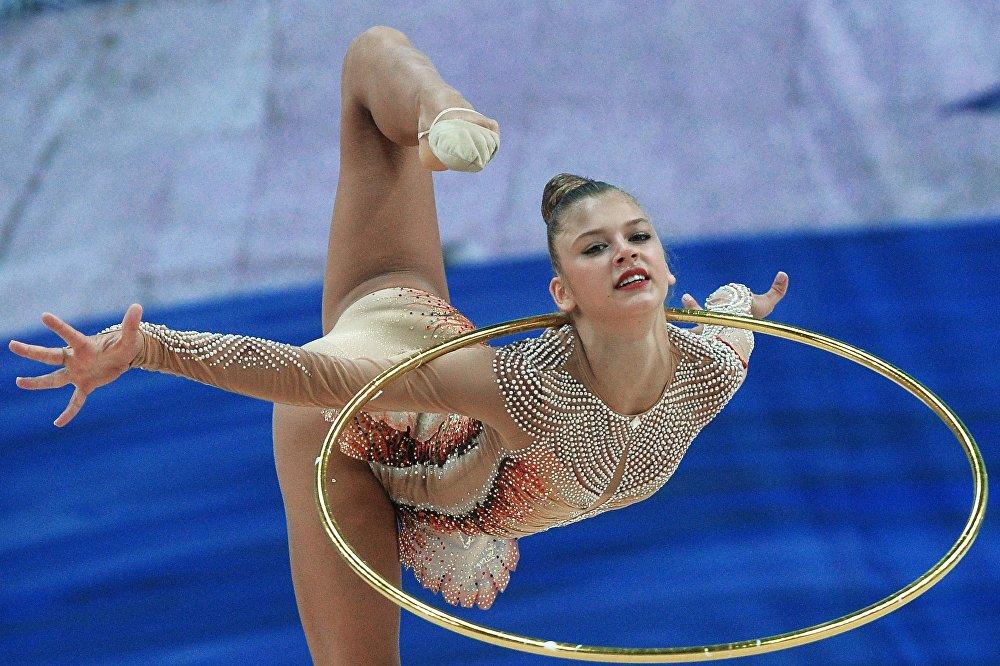 Aleksandra Soldatova fait un exercice au cerceau lors de l'épreuve combinée de la Coupe du monde de gymnastique rythmique à Kazan (Tatarstan), le 8 juillet 2016