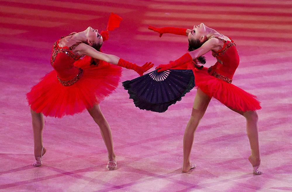 Les gymnastes Dina et Arina Averina (de gauche à droit) se produisent lors du gala du Grand prix de Moscou de gymnastique rythmique, le 21 février 2016
