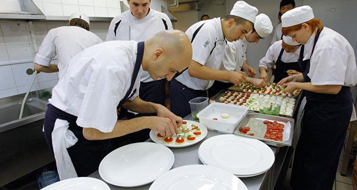 Des chefs préparant des plats