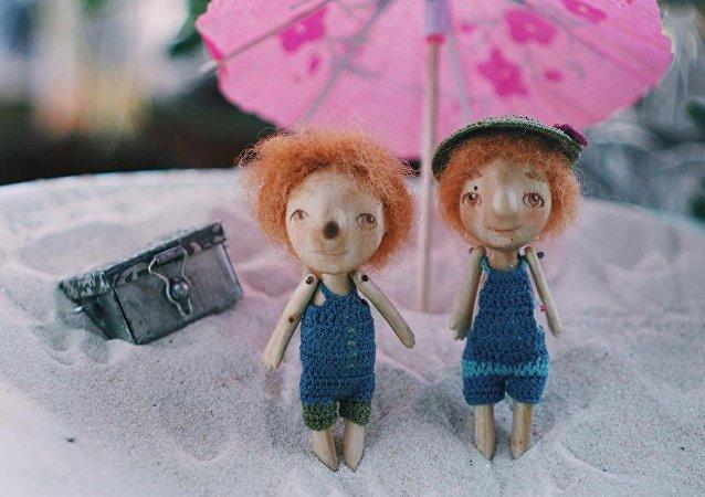 Des poupées minuscules placées dans une coquille de noix