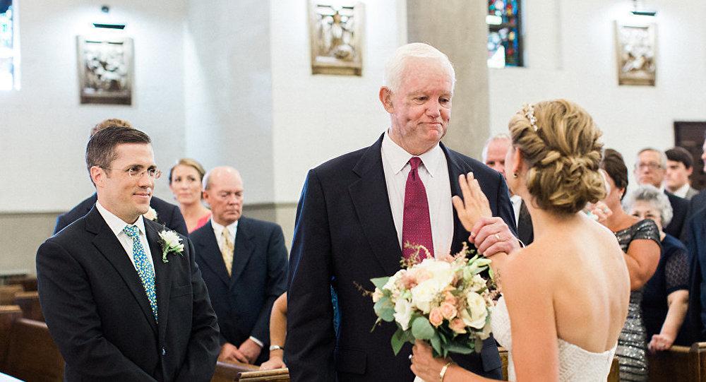 L'homme qui possède le cœur de son père l'accompagne à son mariage