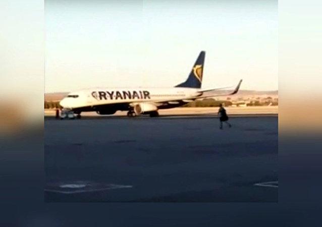 A Madrid, un passager rattrape son avion sur la piste d'envol