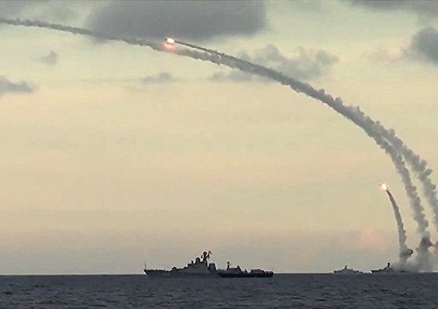 Des navires russes tirent des missiles Kalibr-NK