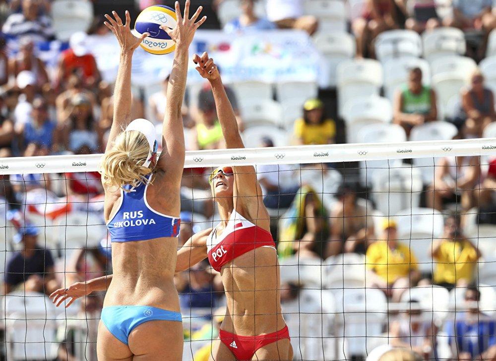 Les sportives russe Evguenia Ukolova et polonaise Monika Brzostek lors du match du tour préliminaire