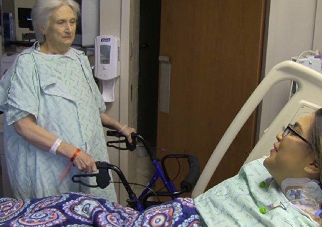 Une sexagénaire de Dallas (Texas) qui avait passé sept mois à attendre une greffe de foie, y a renoncé afin de sauver la vie d'une femme de 23 ans.
