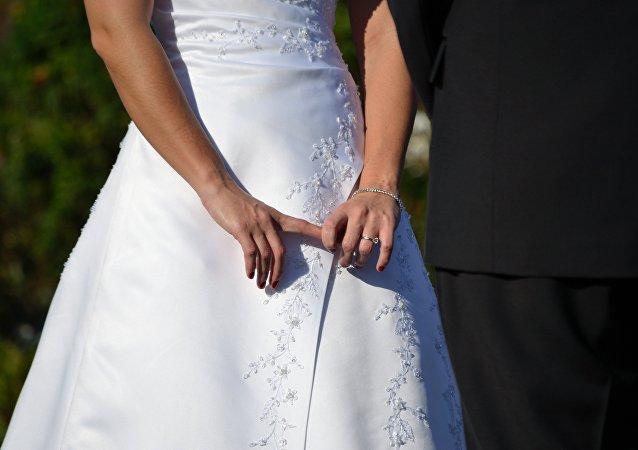 Une Américaine arrêtée après avoir épousé dix migrants illégaux