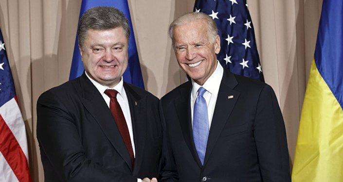 Joe Biden (à droite) et Piotr Porochenko