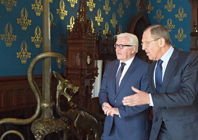 Les ministres russe et allemand des Affaires é rtrangères, Sergueï Lavrov et Frank-Walter Steinmeier