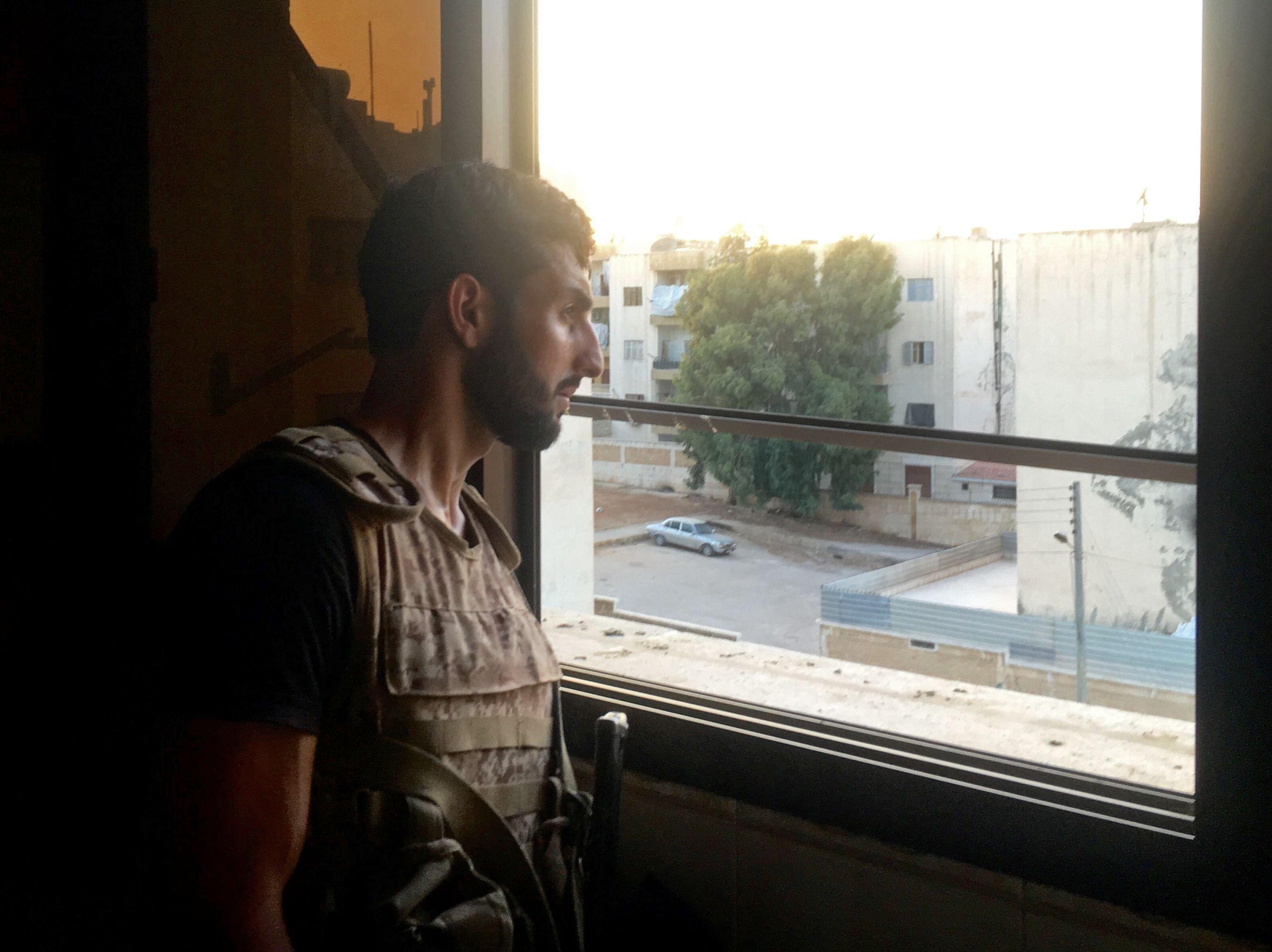 Le militaire de l'armée syrienne pilonne les combattants qui tentent de quitter les bâtiments occupés par les terroristes