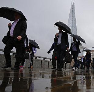 Des gens sur fond du gratte-ciel The Shard à Londres