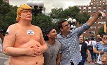 Une statue de Trump nu