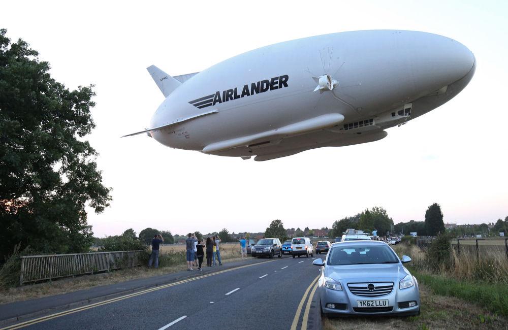 Airlander 10, le plus grand aéronef du monde, a réalisé son premier vol en public, le mercredi 17 août, depuis le hangar de Cardington, situé près de Bedford (sud du Royaume-Uni)