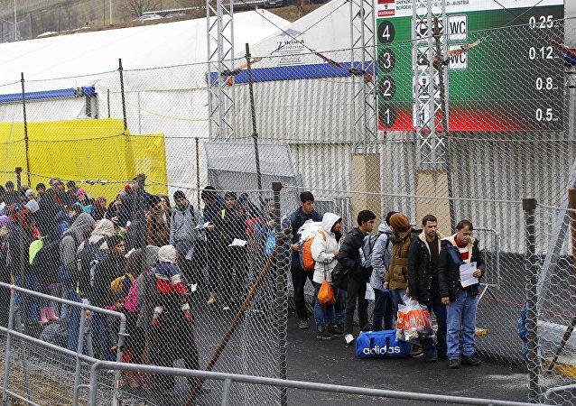 Des migrants attendent pour traverser la frontière de la Slovénie en Autriche